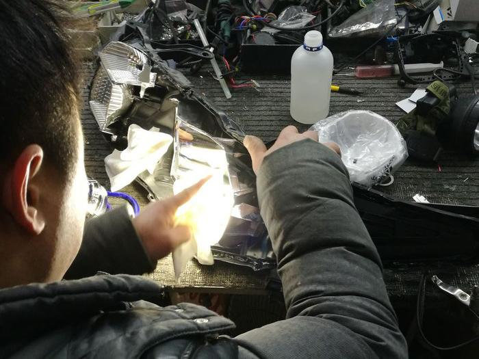 17款卡罗拉车灯升级中,清洁总成内部灰尘