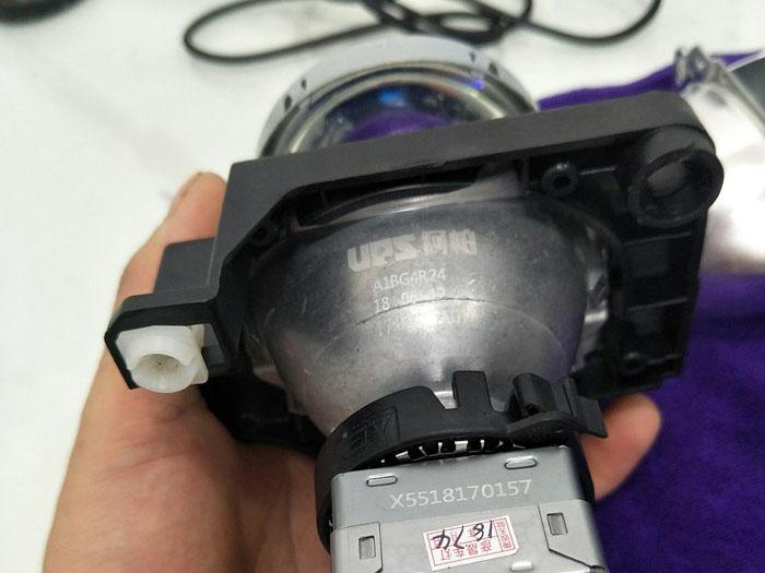 吉利远景X3车灯升级中,组装好灯泡透镜