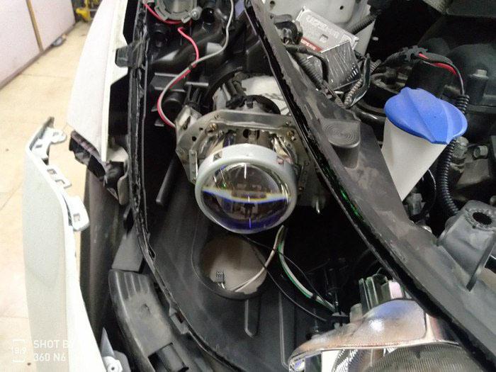 现代朗动车灯改装中,总成装车